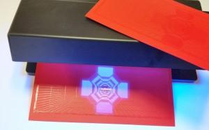 Reljeefne (äärtes läikiv osa ) ja fluorestseeruv kohtlakk sinise lambi valguses ja ülemine ilma