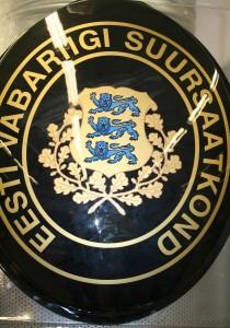 Siiditrükitud Eesti saatkondade välissildid majade fassaadidele uste lähedusse