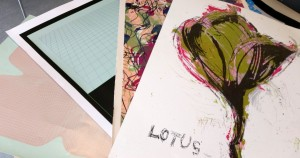 Siiditrükis kunstnike tööde tirazeerimine – oleme seda teinud mitmele eri Soome kunstnikule ja näiteks osa käsitsi valmistatud Prantsuse paberile